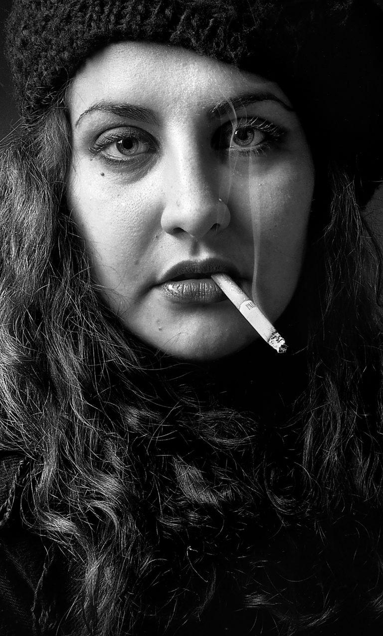 ritratto-portrait-paola-simonelli-smock-cigarette-seigaretta-fumo