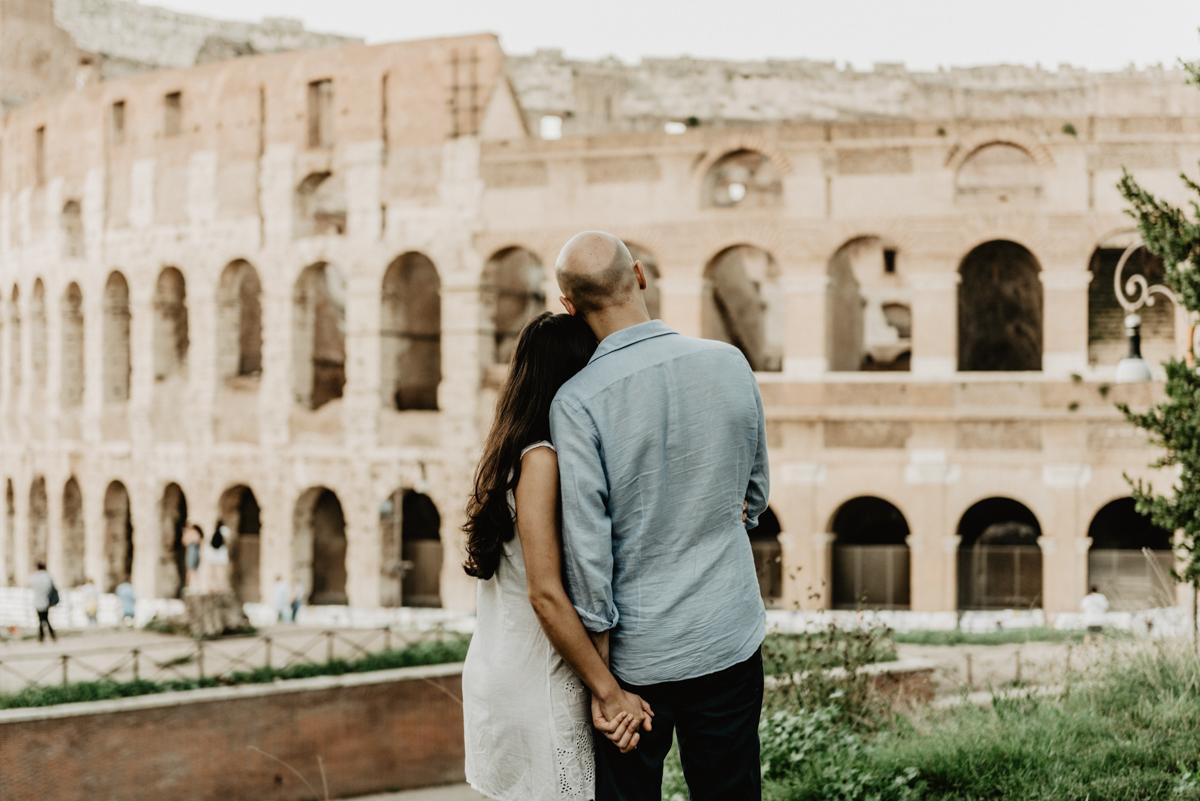 Rome engagement session under the colosseum - Servizio forografico di coppia a Roma sotto al Colosseo - Paola Simonelli Italian emotional and wedding photographer in Rome - Paola Simonelli fotografa di matrimoni a Roma