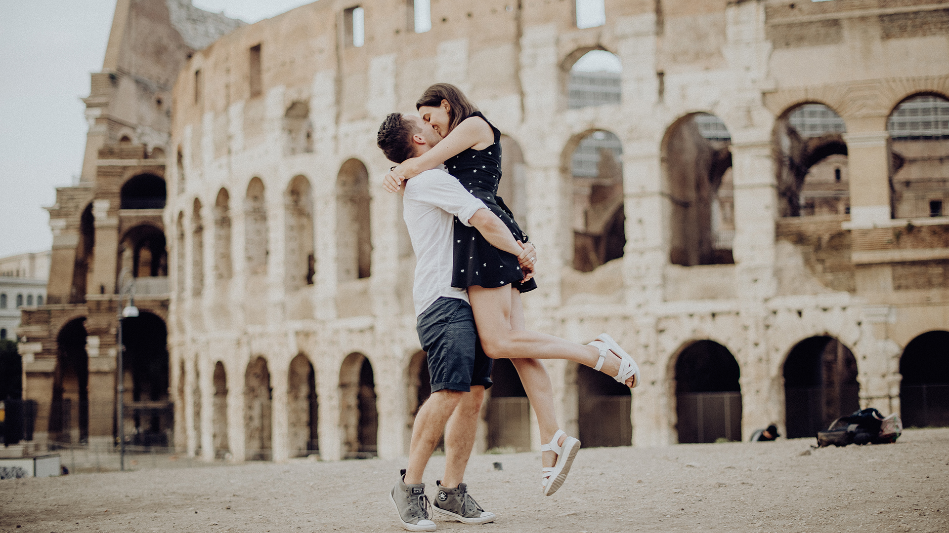 Rome engagement session under the colosseum - Servizio forografico di coppia a Roma sotto al Colosseo - Paola Simonelli Italian emotional and wedding photographer in Rome - Paola Simonelli fotografa di matrimoni a Roma